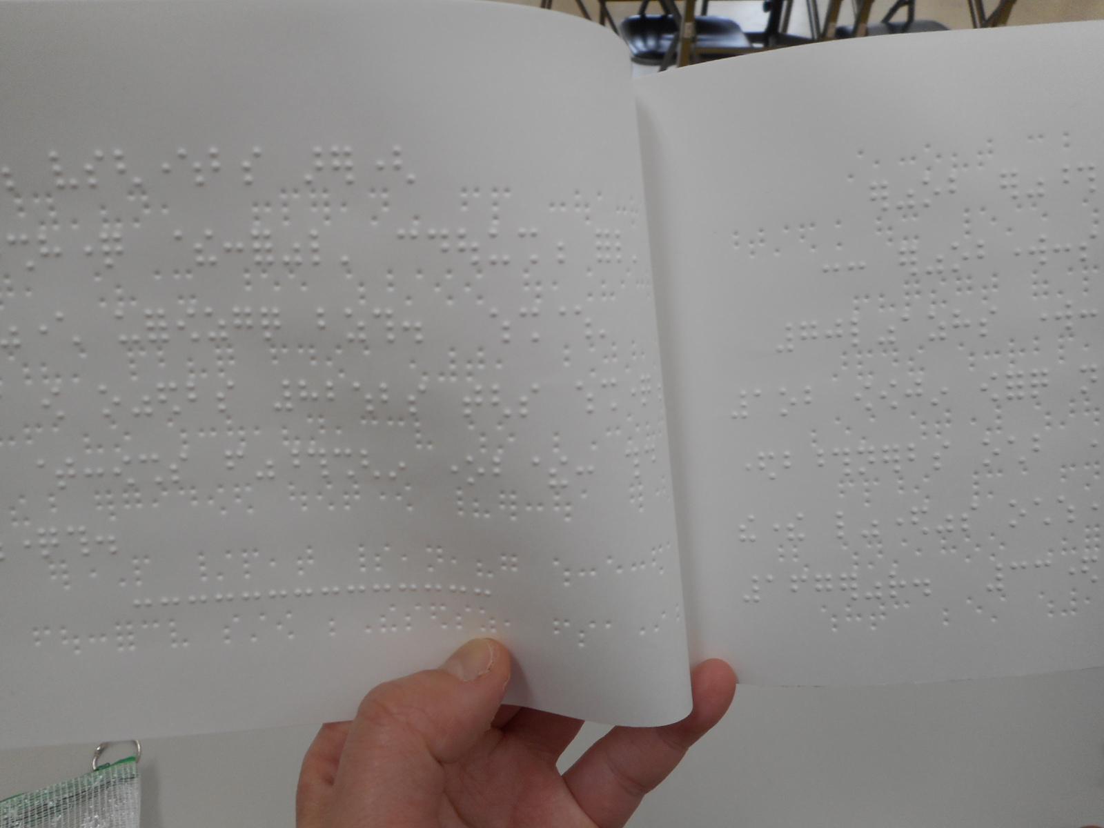 点字版 三十三間堂パンフレット中。中は点字のみです。