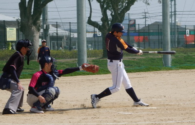 P3201982 県庁球友 3回2死二塁から3番が右越え二塁打を放1点差とする