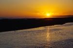 夕日の海、照らされた河