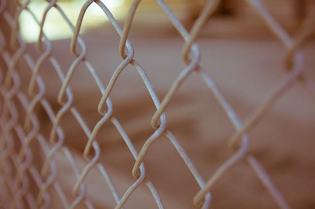 刑務所 有刺鉄線