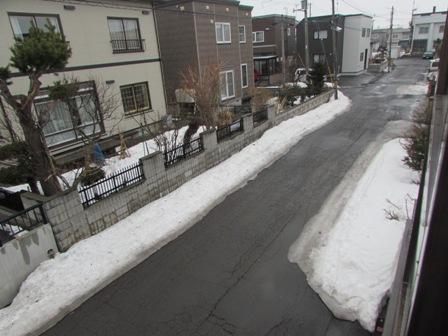 この雨で道路の雪