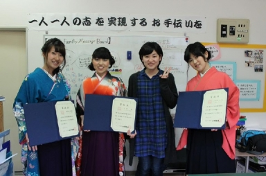ぽっとも卒業する三名の女子学生