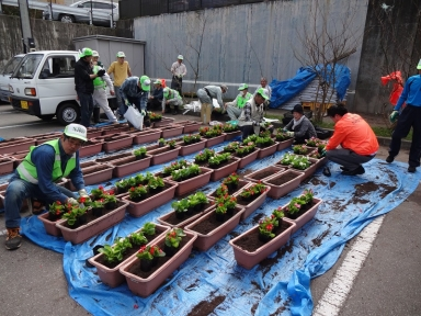 小間井市議も花植えで地域との交流も