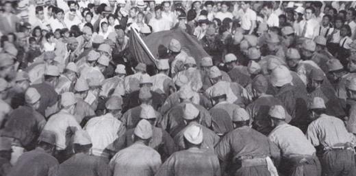 シベリア引揚者の赤旗デモ1949