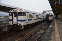 普通列車と並ぶいぶたま160201