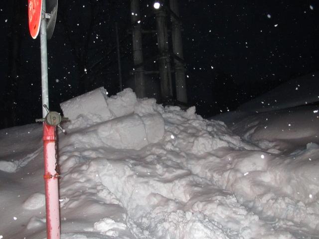 佐々木自宅の雪を学校敷地に投げる 001