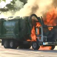炎上するパッカー車