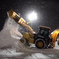 雪をかき集めるホイールローダー