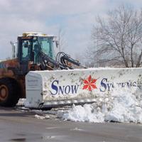 除雪するホイールローダー