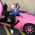 ピンク色の車と女性