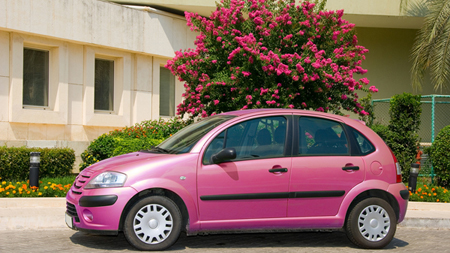 ピンク色の車