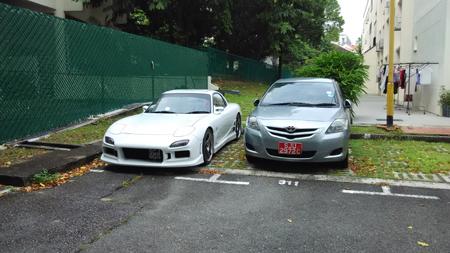 違法駐車の車両