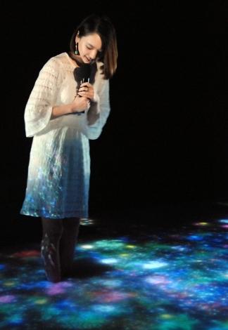 新垣結衣、真っ白ワンピで美脚披露 雪肌精のCM撮影は「本番中に…」2