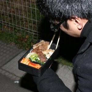 清原和博被告の差入弁当、米の上に柔らかい焼肉が6切れ、付け合わせはナムルとキムチ、口の中で肉汁広がり10分で完食