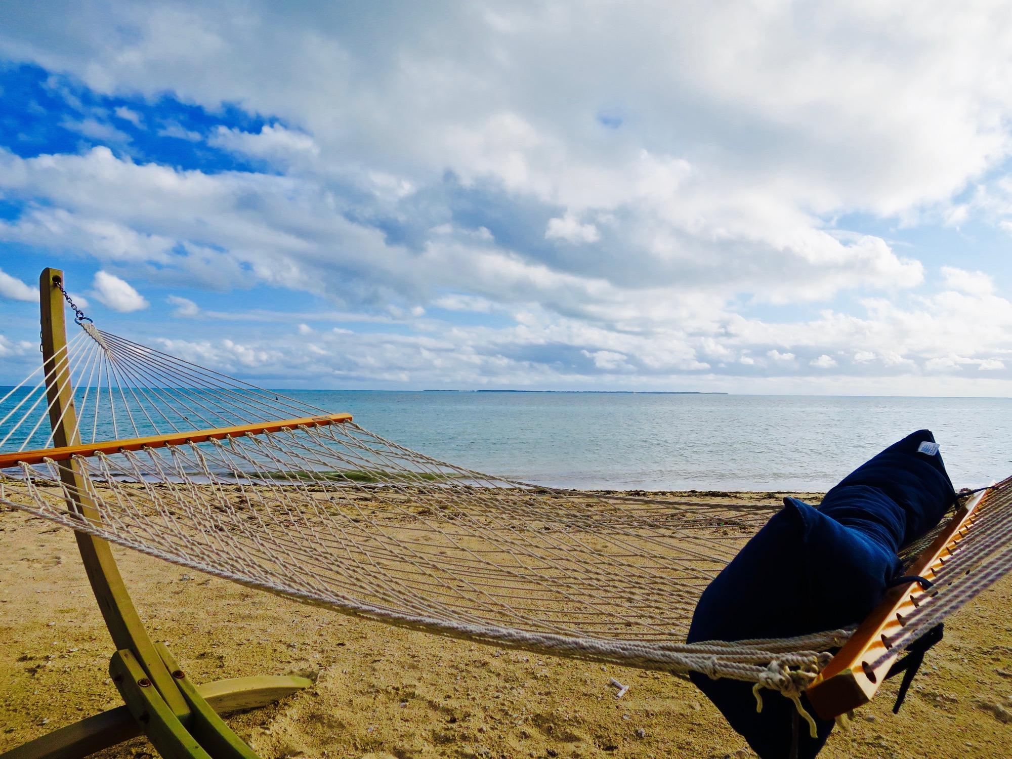 砂浜にハンモック