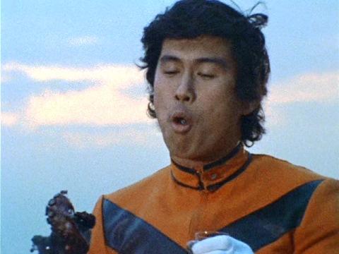 タコを食べる南隊員