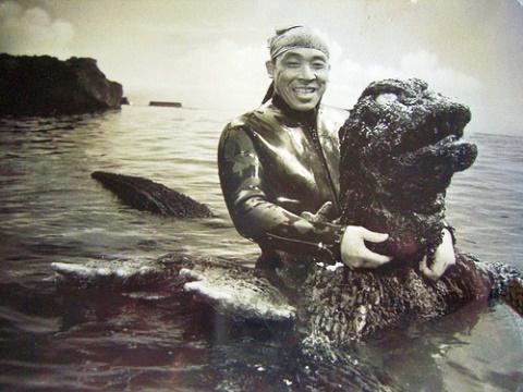ゴジラのスーツアクターを務める中島春雄氏