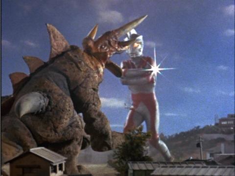 ウルトラナイフでザイゴンの首を斬るウルトラマンエース