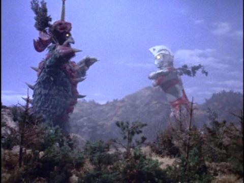 木を剣にして戦うウルトラマンエースとダイダラホーシ