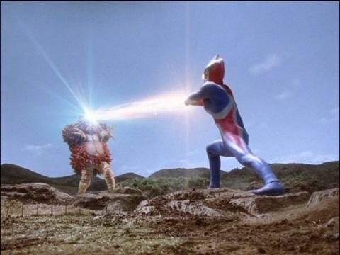 ガモランIIのバイオコントローラーをウルトラマンコスモスが破壊!