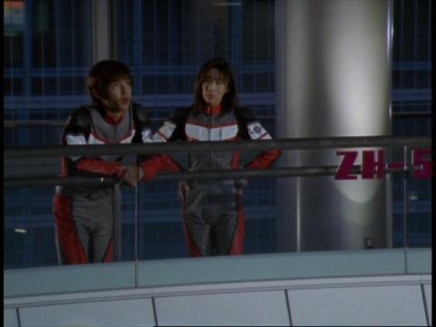 アスカ隊員をたしなめるユミムラ・リョウ隊員(演:斉藤りさ)