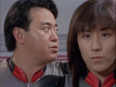 ガッツシャドーのVTRを見つめるユミムラ・リョウ隊員(演:斉藤りさ)