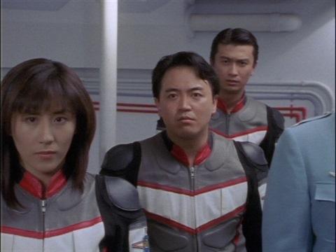 ヤマザキの通信を見つめるユミムラ・リョウ隊員(演:斉藤りさ)