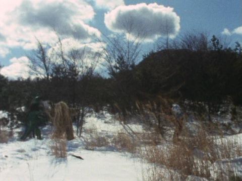 ウルトラセブンに雪を投げつけるイカルスとウー
