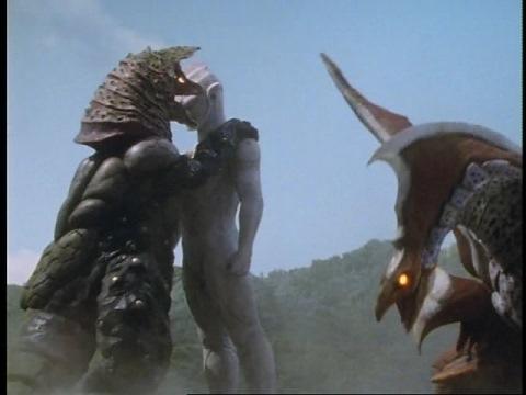 ティガの石像を破壊しようとするゴルザとメルバ