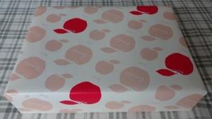 りんご模様の包装紙です。