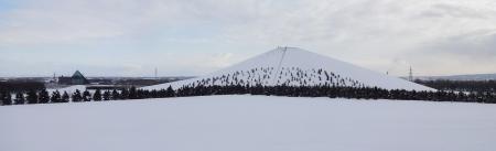 野外ステージから見た、モエレ山・ガラスのピラミッド
