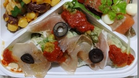 生ハム、菜の花のフリット、オリーブ、トマトソースなどが入っています。
