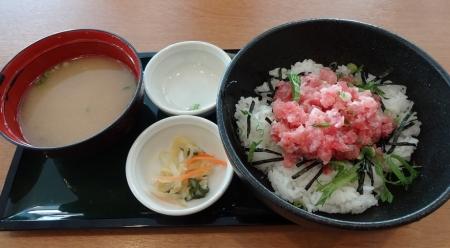 まぐろたたき丼 853円 (みそ汁・漬物付き)