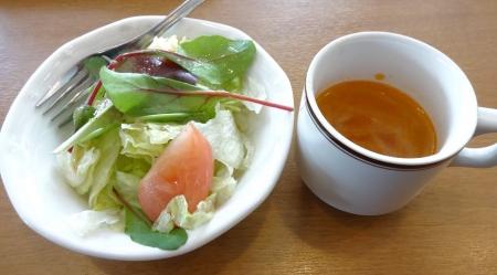 ローストチキンと彩り野菜のドリア のサラダとスープ