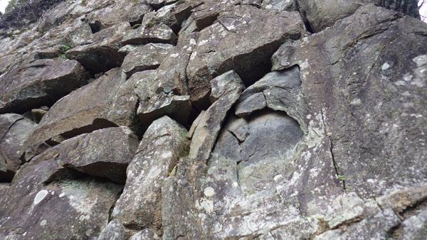 焼け跡の残る石垣