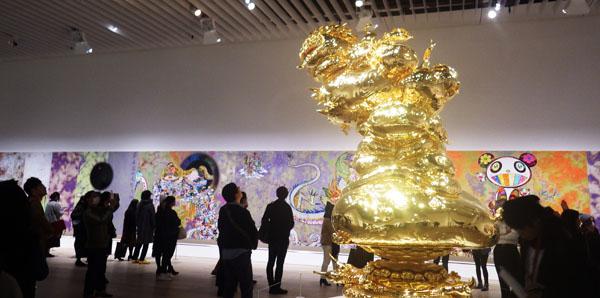 黄金の彫刻と村上隆らしい作品群と人