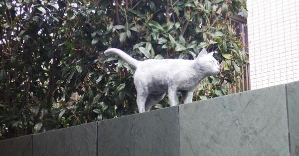 猫の家の猫の像