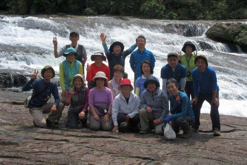 滝の前で記念写真