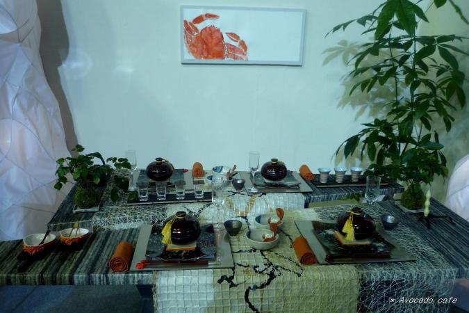 蟹を食べるテーブルセッティング