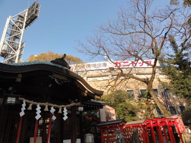 2016年3月26日 背後に甲子園 素盞嗚神社
