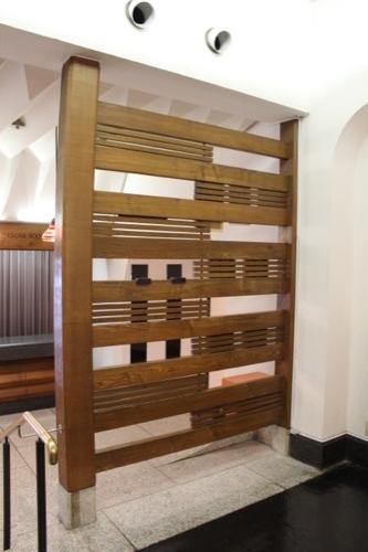 0064:倉敷国際ホテル 玄関付近にある仕切りのデザイン