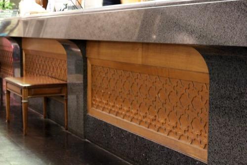 0064:倉敷国際ホテル 大理石・木材でできた受付テーブル
