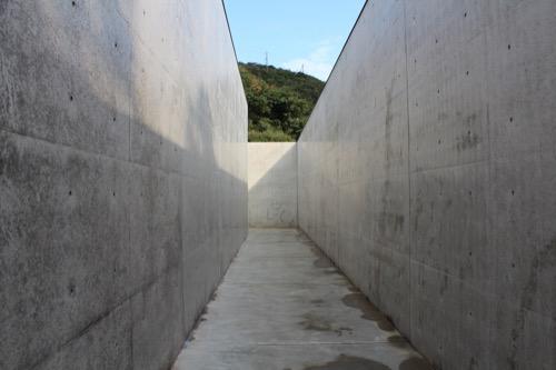 0069:李禹煥美術館 RC壁で囲われたアプローチ