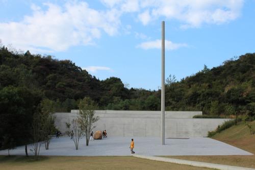 0069:李禹煥美術館 前庭に展示された『関係頂-点線面』