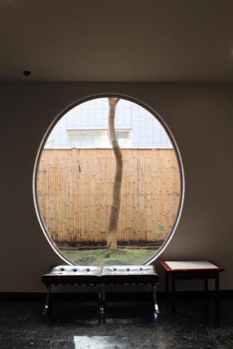 0075:渋谷区立松濤美術館 ロビーにある丸窓