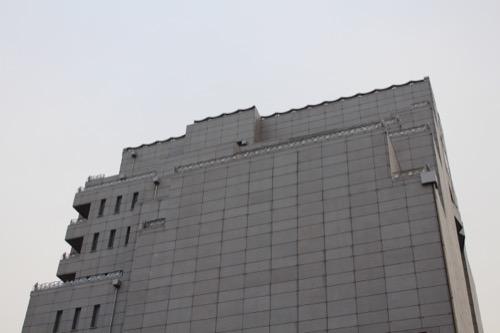 0076:千葉市美術館 正面道路南側から外観を見る