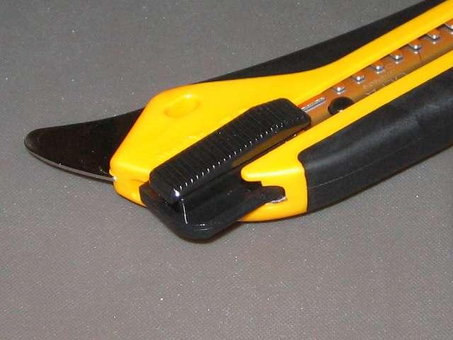 オルファ カッター ハイパー AL型 193B オートロック式(40 kg) カッター本体から引き出したところ