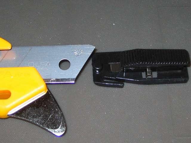 オルファ カッター ハイパー AL型 193B オルファカッター替刃(大)からオートロック式(40 kg)を外したところ