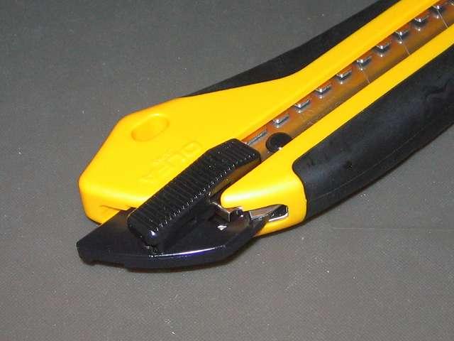 オルファ カッター ハイパー H型 オートロック 212B カッター本体からオートロックスライダーを引き出したところ