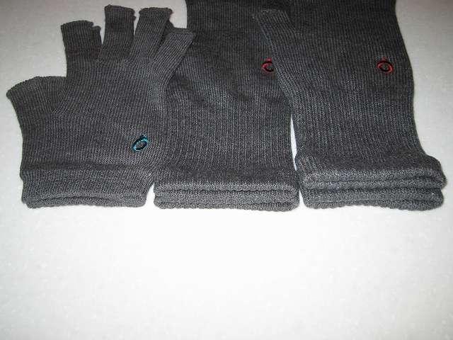 寒さ対策用に冷えとり靴下の 841(ヤヨイ)で購入した(画像左側から)冷えとり靴下の 841(ヤヨイ) 内絹外綿 ハンドウォーマー MAX グレーミックス、冷えとり靴下の 841(ヤヨイ) ハンドウォーマー グレーミックス(サイズ L)、冷えとり靴下の 841(ヤヨイ) ハンドウォーマー 厚手 グレーミックスの厚み比較